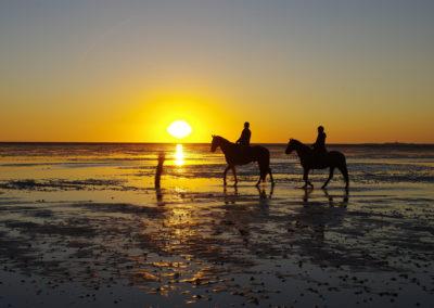 Reiter im Sonnenuntergang vor Neuwerk