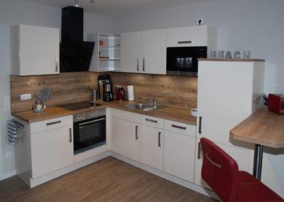 Küche mit Spülmaschine und Mikrowelle